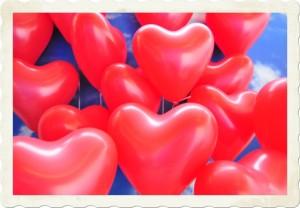 Rote-Herzluftballons-zur-Aktion-Luftballons-zur-Hochzeit-steigen-lassen